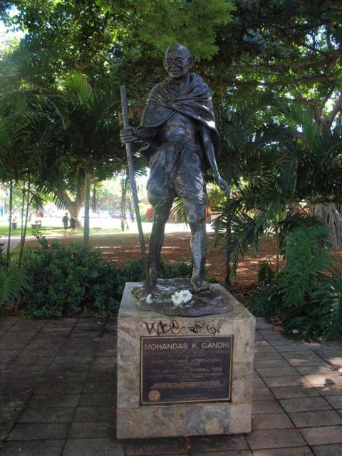ホノルル動物園の隣のガンジー像
