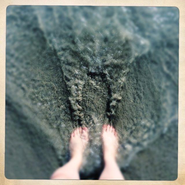 指の間から砂が逃げて行く感覚にハマってしばらくこうしていた(1人で)