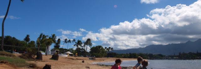 ビーチで遊ぶように整備されていないので、岩が多い