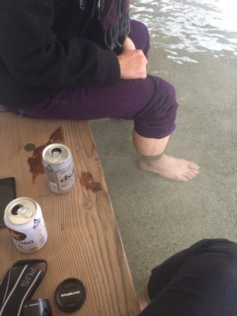 平日の昼間っから足湯しながらビール飲む この背徳感