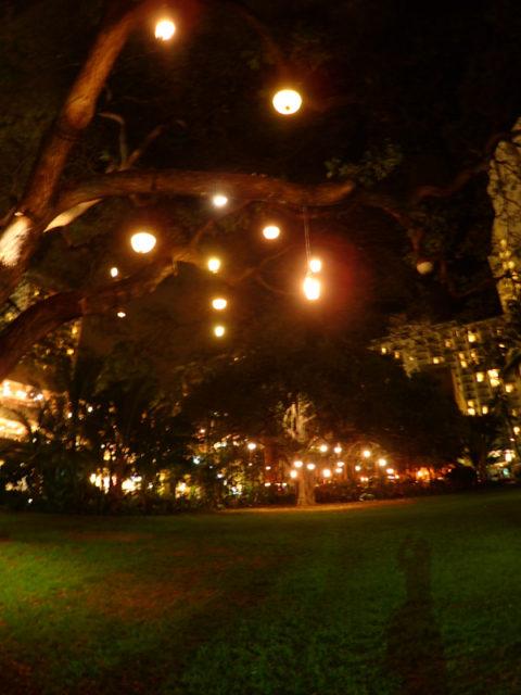 ロイヤルハワイアンの中庭はロマンティック