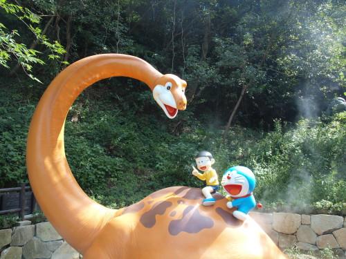 恐竜にテンションのあがる26歳と一緒に写真を撮る